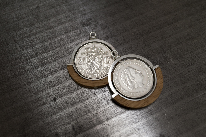 hangers zilveren rijksdaalders en eikenhout