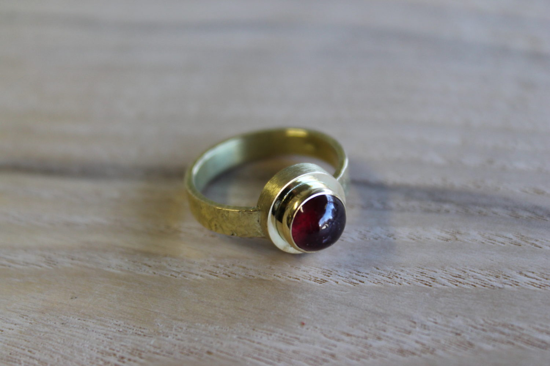 18 karaat gouden ring met robijn