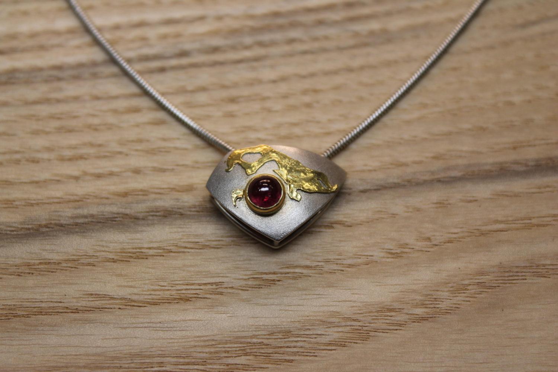 hanger asymetrisch zilver goud en robijn
